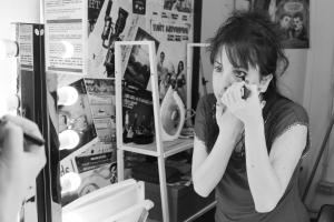 Celia se maquilla en el camerino. Fotografía: Mi Butaquita