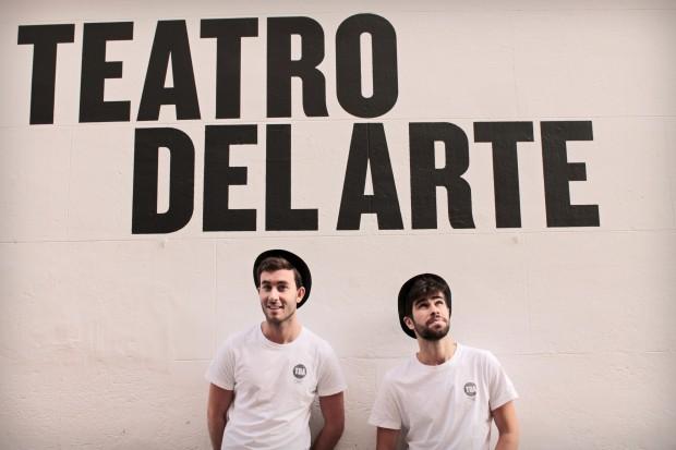 Jaime Reynolds y Fede Rey a las puertas de Teatro del Arte. Imagen: Mi Butaquita
