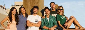 """Jota Linares con el equipo de """"¿A quién te llevarías a una isla desierta?"""". Imagen: Marina Ruiz."""