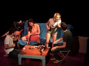 """El reparto de """"¿A quién te llevarías a una isla desierta?"""" en una escena de la obra."""